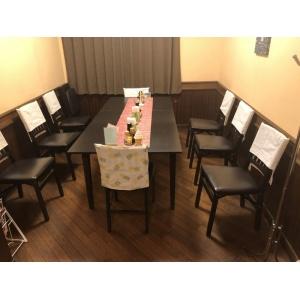 奥の8人掛けテーブル席